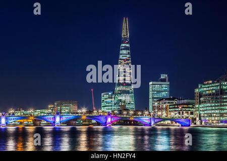 Vista del fiume Tamigi verso Southwark Bridge e il coccio di notte. Foto Stock