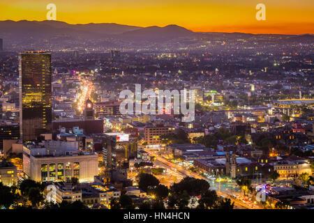 Vista di Città del Messico dalla Torre Latinoamericana. Città del Messico è densamente popolata e ad alta quota capitale del Messico. Foto Stock