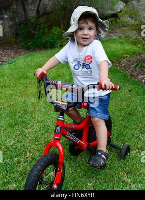 Un ragazzo e la sua bicicletta Foto Stock