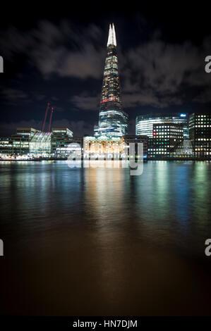 Il coccio (frammento di vetro, Shard London Bridge), London Bridge Hospital e il fiume Tamigi, Londra, di notte.