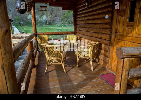 Portico sul case fatte di tronchi di legno con mobili da for Case fatte da architetti