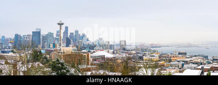 Seattle,Washington,usa.12/09/16 :seattle city scape con coperta di neve il giorno. Foto Stock
