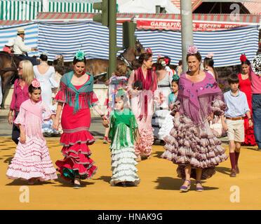 Siviglia, Spagna - Apr, 25: donne in costumi tradizionali di Siviglia la fiera di aprile in aprile, 25, 2014 a Siviglia, Spagna Foto Stock