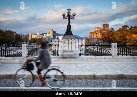 Ponte Heiwaohashi,sullo sfondo a destra la Cupola della Bomba Atomica, Hiroshima, Giappone Foto Stock