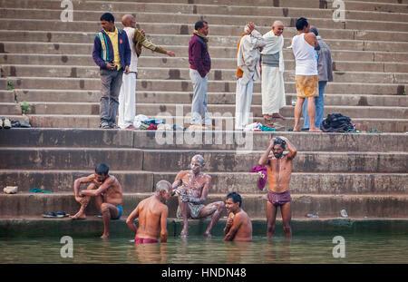Pellegrini di pregare e di balneazione nel ghats del fiume Gange, Varanasi, Uttar Pradesh, India. Foto Stock