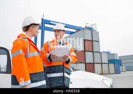 Lavoratori a conversare in cantiere di spedizione
