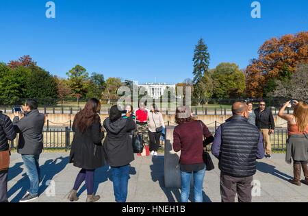 I turisti di fronte alla Casa Bianca a Washington DC, Stati Uniti d'America Foto Stock