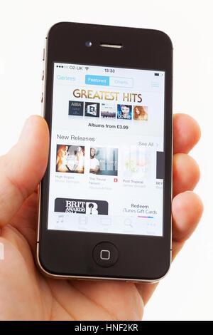 BATH, Regno Unito - 15 gennaio 2014: una mano d'uomo in possesso di un Apple iPhone 4s che si sta visualizzando Foto Stock