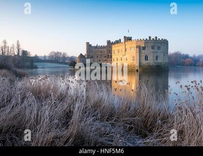 Un gelido mattina presso il Castello di Leeds, Kent Foto Stock