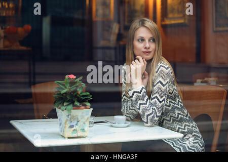Giovane donna prendendo una pausa in eleganti cafe. Uno stile di vita urbano