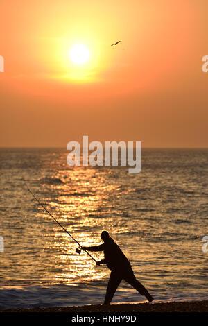 Seaford, East Sussex. Il 13 febbraio 2017. Fisherman approfittando della serata di sole sulla spiaggia di Seaford, Foto Stock