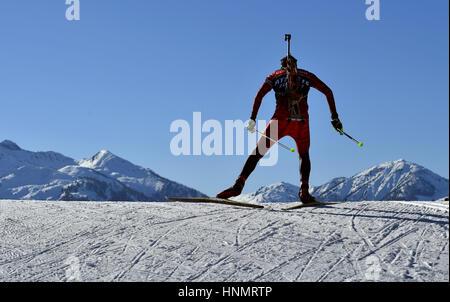 Hochfilzen, Germania. Xiv Feb, 2017. Biatleti treno lungo il percorso durante i Campionati Mondiali di Biathlon Foto Stock