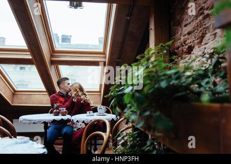 Bella giovane uomo e donna si celebra il giorno di San Valentino Foto Stock