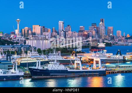 La città di Seattle scape con dock e il silo di notte ,Washington,usa. per solo uso editoriale 05/11/16. Foto Stock