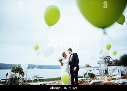 Bella giovani sposi kissing , biondo sposa con flowe