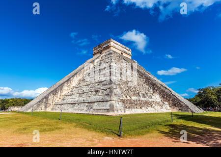 Stock Photo - Tempio di Kukulcan a Chichen Itza, Messico Foto Stock