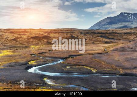 Il bellissimo paesaggio di montagne e fiumi in Islanda. Foto Stock