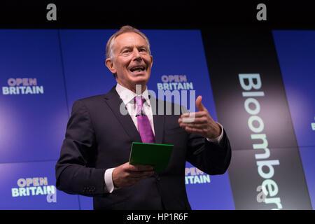 Londra, Regno Unito. 17 feb 2017. Tony Blair fa un discorso Brexit circa in corrispondenza di un apertura Gran Bretagna evento tenutosi a Bloomberg a Londra. Nel suo primo discorso importante dal momento che l'Unione europea (UE) referendum, ex Primo Ministro Tony Blair ha chiamato per rimanere sostenitori alla lotta per arrestare Brexit, sostenendo che gli elettori sono stati mal informati quando hanno votato per Brexit e che il Primo ministro, Teresa MayÕs agenda viene dettata da brutali euroscettici. Credito: Vickie Flores/Alamy Live News
