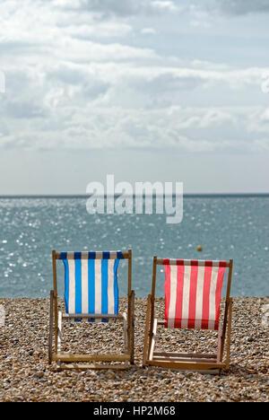 Vuoto due sedie a sdraio sulla spiaggia