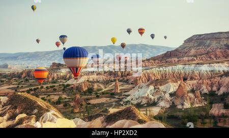 La Turchia Cappadocia bellissimi palloncini volo paesaggio di pietra amaz Foto Stock