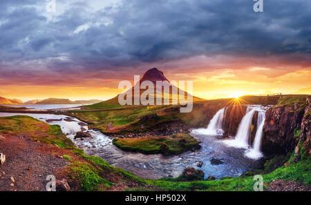 Il pittoresco tramonto su paesaggi e cascate. Kirkjufel Foto Stock