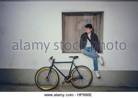 ef02247ca68854 Giovane uomo cool in posa fixie bicicletta Hipster trendy Foto Stock
