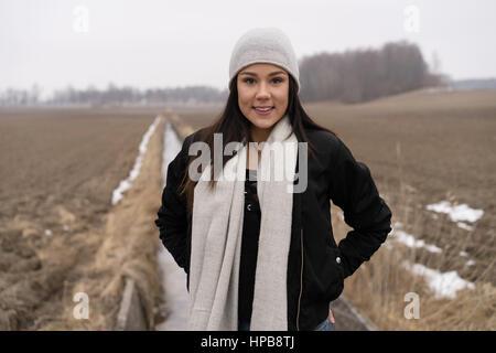 bf9ec3fc51ed Ben vestito ragazza adolescente a scuola di danza  Bella caucasico svedese  moda ragazza in piedi all aperto nel paesaggio invernale. Indossare il