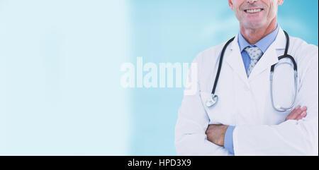 Ritratto di fiducia medico maschio contro apparecchiatura dentale Foto Stock