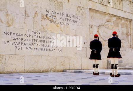 Evzones (soldati).La modifica della protezione di fronte alla casa del parlamento, presso la tomba del milite ignoto. Foto Stock