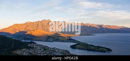 Queenstown, Otago, Nuova Zelanda. Vista panoramica dalla Skyline Gondola stazione al Lago Wakatipu e il Remarkables, tramonto.