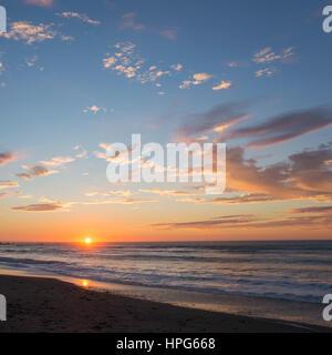 Okarito, Westland Tai Poutini National Park, West Coast, Nuova Zelanda. Colorato tramonto sul Mare di Tasman. Foto Stock