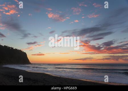 Okarito, Westland Tai Poutini National Park, West Coast, Nuova Zelanda. Colorato cielo sopra il mare di Tasmania, Foto Stock