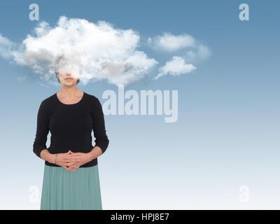 Donna con la testa nelle nuvole sul blu. Giorno sogni concetto, metafora. Foto Stock