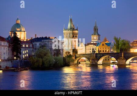 Città vecchia e il fiume Moldava , come si vede da Malá strana. A destra il ponte Carlo.Praga. Repubblica ceca Foto Stock