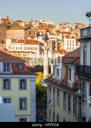 Colonna di Pedro IV sulla piazza Rossio (Piazza Pedro IV) a Lisbona, Portogallo con l'architettura circostante. Foto Stock