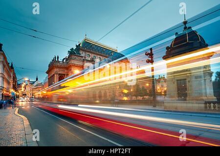 Lo storico edificio del Teatro Nazionale di Praga e il traffico sulla strada trafficata nel centro cittadino. Foto Stock