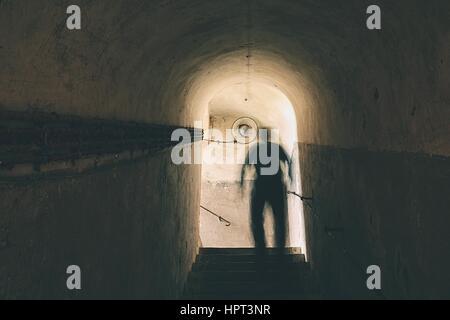 L uomo è camminare attraverso il buio e metropolitana Foto Stock