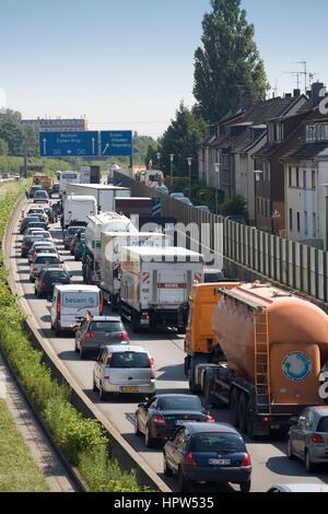 L'Europa, Germania, Essen, ingorghi di traffico su autostrada A 40 in Essen-Frillendorf Foto Stock
