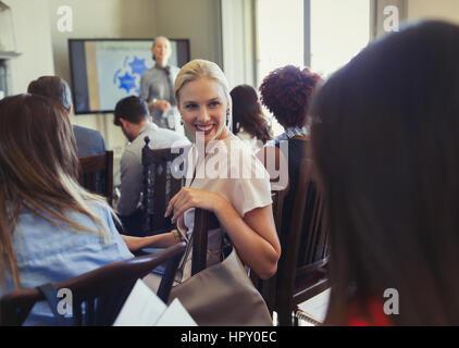 Sorridente imprenditrici a parlare in conferenze di lavoro pubblico Foto Stock