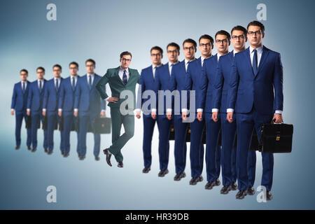 In piedi fuori dalla corona nozione di imprenditore Foto Stock