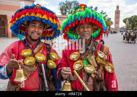 Marrakech, Marocco. Due venditori di acqua (Guerrab) nella Piazza Jemaa El-Fná. Foto Stock