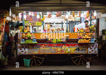 Marrakech, Marocco. Fornitore di frutta e succhi di frutta Bevande nel Souk, notturna. Foto Stock