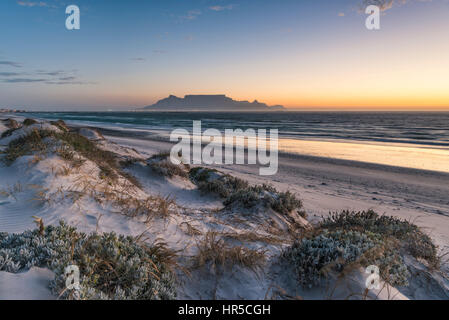 Vista della Table Mountain al tramonto dalla grande baia, Bloubergstrand, Cape Town, Sud Africa Foto Stock