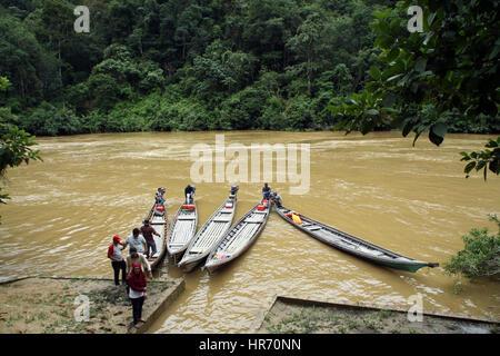 Rimba imballatura, Riau, Indonesia. 26 Febbraio, 2017. RIAU, Indonesia - 26 febbraio : residenti barche usate attraverso Foto Stock