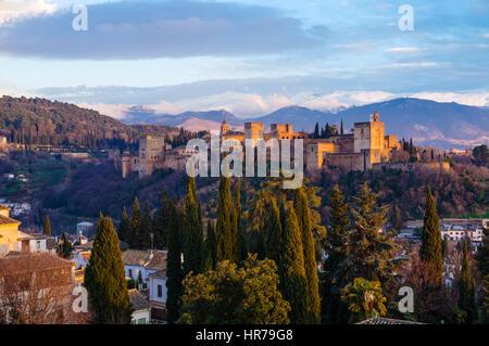Alhambra Palace al tramonto con cime innevate della Sierra Nevada in background. Granada, Andalusia, Spagna Foto Stock