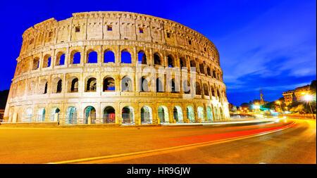 Vista del Colosseo di notte a Roma, Italia Foto Stock