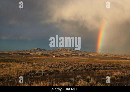 Questo paesaggio foto mostra un doppio arcobaleno contro un tempestoso cielo grigio sopra il Flaming Gorge National Foto Stock