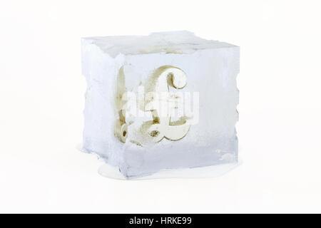Golden British Pound Sterling concetto simbolo congelati in una fusione lentamente il cubo di ghiaccio isolato su Foto Stock