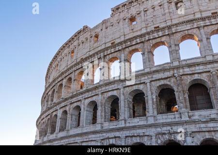 Una vista del Colosseo romano, Roma, Italia. Foto Stock