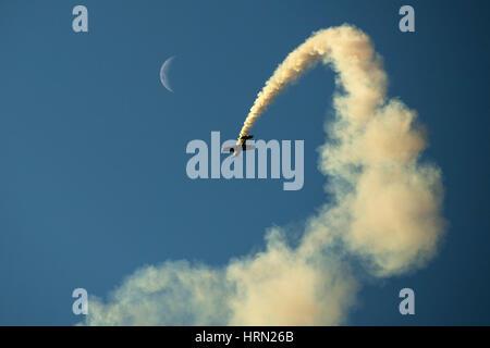 Australia, Melbourne. 3 Mar, 2017. Un velivolo acrobatico compie durante il Concorso internazionale australiano Foto Stock